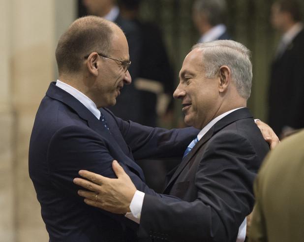 The prime minister of Italy Enrico Letta embraces Benjamin Netanyahu.