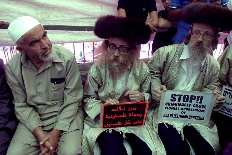Raed Salah sits next to two anti-Zionist Orthodox Jews