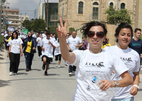 "Woman gives ""peace"" hand gesture during 5k run"