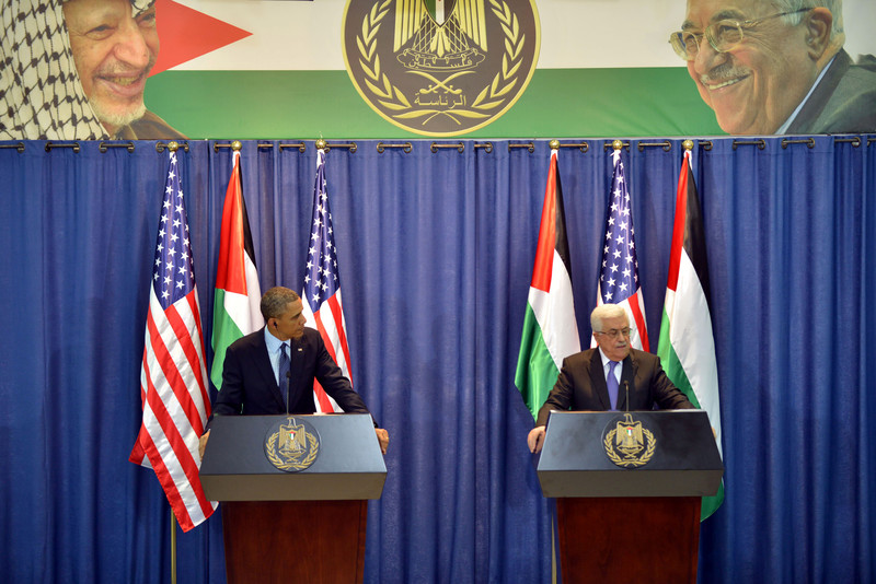 Barack Obama and Mahmoud Abbas stand at podiums with giant banner of Arafat and Abbas overhead