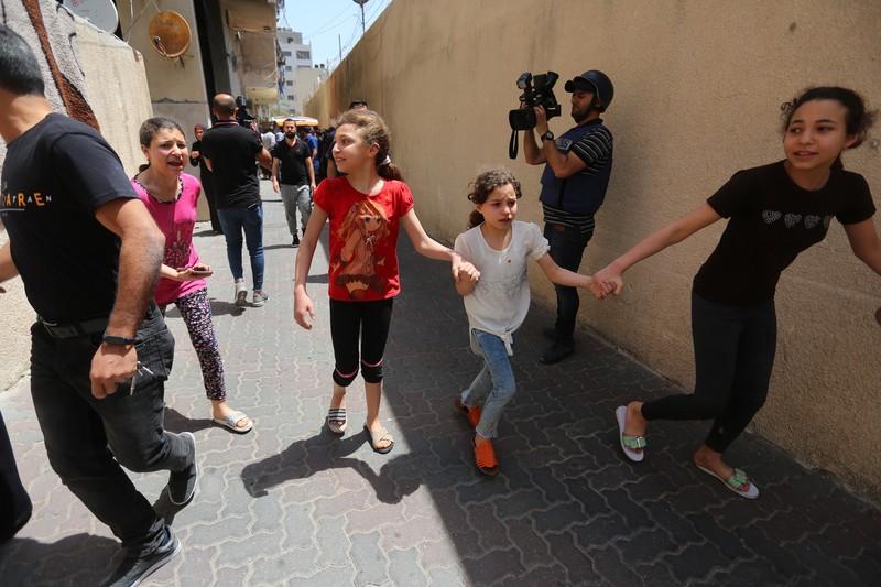 Palestinian children fleeing