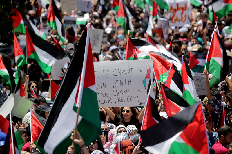 Large number of people with Palestinian flags