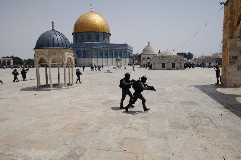 Fully armed soldiers take position, Dome of the Rock in the background