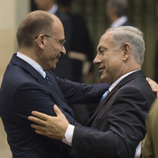 The prime minister of Italy Enrico Letta embraces Benjamin Netanyahu.