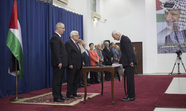 Mahmoud Abbas and Rami Hamdallah swear in new Palestinian Authority government