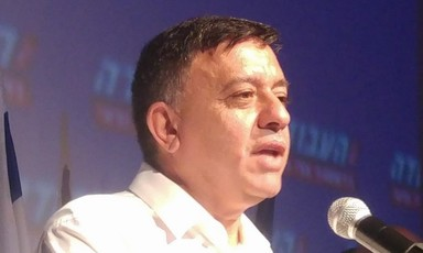 Avi Gabbay speaking into a microphone.
