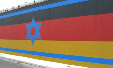 Mural of an overlap of Israeli and German flags painted on a wall